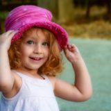女の子ピンクハット