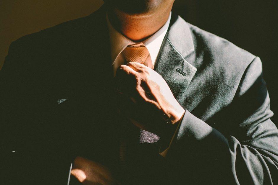 スーツと茶色ネクタイ
